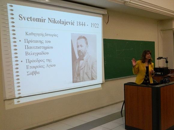 На слици професорка српског језика на Универзитету Македонија, Ставрула Мавројани говори о истакнутим Србима у Грчкој историји